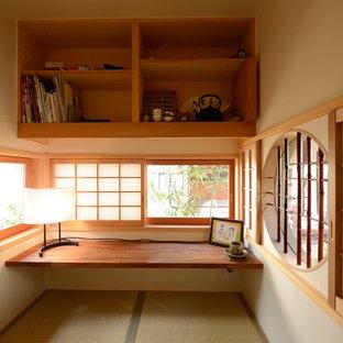 Diseño de despacho de estilo zen, sin chimenea, con paredes blancas, tatami y escritorio empotrado
