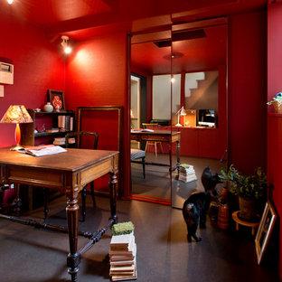 京都のエクレクティックスタイルのおしゃれな書斎 (赤い壁、自立型机、暖炉なし) の写真