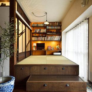 Cette photo montre un bureau asiatique avec un mur blanc, un sol de tatami, un bureau intégré et un sol marron.