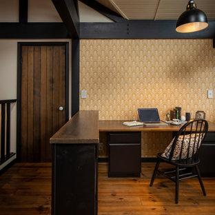 Пример оригинального дизайна: рабочее место в скандинавском стиле с коричневыми стенами, паркетным полом среднего тона, отдельно стоящим рабочим столом, коричневым полом, потолком из вагонки и обоями на стенах