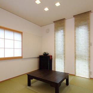 Foto di un ufficio etnico con pareti bianche, pavimento in tatami, scrivania autoportante e pavimento verde