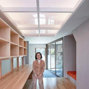 名古屋のモダンスタイルのおしゃれなホームオフィス・書斎 (ライブラリー、グレーの壁、無垢フローリング、暖炉なし、造り付け机、茶色い床、塗装板張りの天井、塗装板張りの壁) の写真