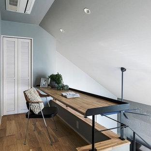 名古屋の小さい北欧スタイルのおしゃれなホームオフィス・書斎 (グレーの壁、無垢フローリング、造り付け机、茶色い床) の写真