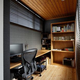 他の地域の小さい北欧スタイルのおしゃれなホームオフィス・書斎 (グレーの壁、淡色無垢フローリング、造り付け机、茶色い床) の写真
