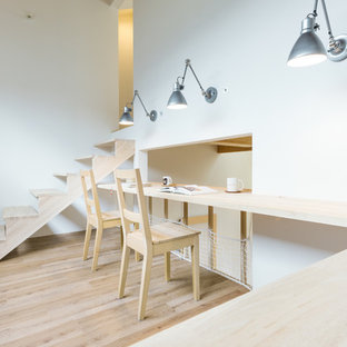 横浜のアジアンスタイルのおしゃれなホームオフィス・書斎 (白い壁、淡色無垢フローリング、ベージュの床) の写真