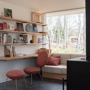 東京23区のモダンスタイルのおしゃれなホームオフィス・書斎 (白い壁、造り付け机、黒い床) の写真
