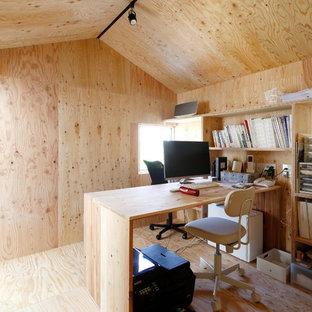 他の地域のインダストリアルスタイルのおしゃれなホームオフィス・書斎 (ベージュの壁、合板フローリング、造り付け机、ベージュの床) の写真