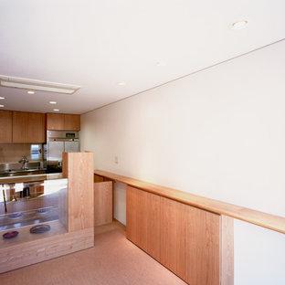 東京都下の中くらいのアジアンスタイルのおしゃれなクラフトルーム (白い壁、リノリウムの床、暖炉なし、漆喰の暖炉まわり、造り付け机、茶色い床) の写真