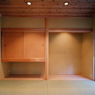 Bild på ett orientaliskt arbetsrum, med beige väggar och tatamigolv