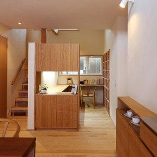 Asiatisches Arbeitszimmer mit weißer Wandfarbe, braunem Holzboden, Einbau-Schreibtisch und braunem Boden in Fukuoka