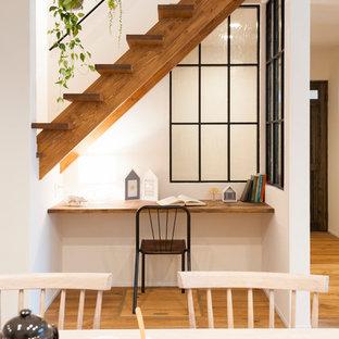 他の地域の小さい北欧スタイルのおしゃれなホームオフィス・書斎 (白い壁、無垢フローリング、造り付け机、茶色い床) の写真