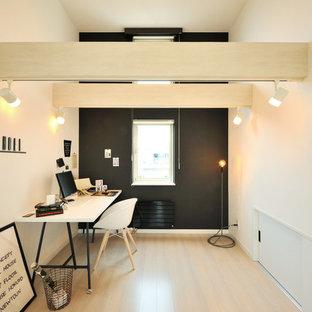 札幌のモダンスタイルのおしゃれなホームオフィス・仕事部屋 (マルチカラーの壁、淡色無垢フローリング、暖炉なし、自立型机、ベージュの床) の写真