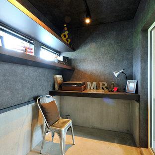 札幌の小さいインダストリアルスタイルのおしゃれなホームオフィス・仕事部屋 (グレーの壁、コンクリートの床、造り付け机、グレーの床) の写真