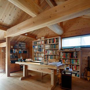 他の地域のラスティックスタイルのおしゃれなホームオフィス・書斎 (茶色い壁、無垢フローリング、自立型机、茶色い床、表し梁、三角天井、板張り天井、板張り壁) の写真