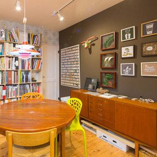 他の地域の中サイズの北欧スタイルのおしゃれな書斎 (茶色い壁、無垢フローリング、暖炉なし、自立型机、茶色い床) の写真