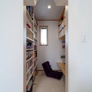 Inspiration pour un bureau avec un mur blanc, un sol en contreplaqué, un bureau intégré, un sol marron, un plafond en papier peint et du papier peint.