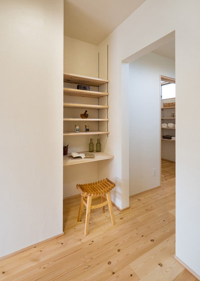Scandinavian Home Office & Library by 健幸工房 シムラ