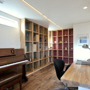 他の地域のアジアンスタイルのおしゃれな書斎 (白い壁、無垢フローリング、造り付け机、茶色い床) の写真