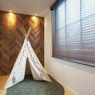 Idée de décoration pour un petit bureau nordique avec un mur blanc, un sol en bois brun, un bureau indépendant et un sol multicolore.