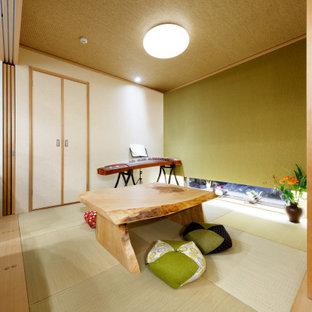 他の地域のアジアンスタイルのおしゃれなアトリエ・スタジオ (畳、暖炉なし、タイルの暖炉まわり、緑の床、クロスの天井、壁紙、緑の壁、自立型机) の写真