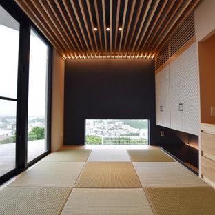Foto på ett funkis arbetsrum, med svarta väggar, tatamigolv och beiget golv