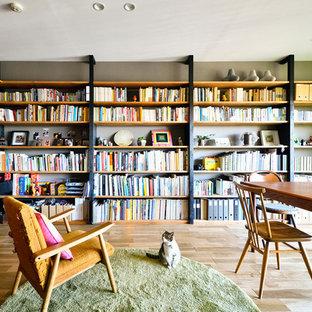 東京23区のインダストリアルスタイルのおしゃれなホームオフィス・仕事部屋 (グレーの壁、無垢フローリング、自立型机、茶色い床) の写真