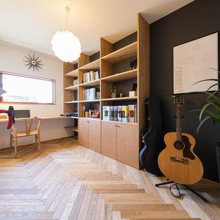 名古屋のモダンスタイルのおしゃれなホームオフィス・書斎 (マルチカラーの壁、無垢フローリング、造り付け机、茶色い床) の写真