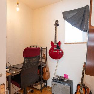 他の地域のエクレクティックスタイルのおしゃれなホームオフィス・仕事部屋 (白い壁、無垢フローリング、自立型机、マルチカラーの床) の写真