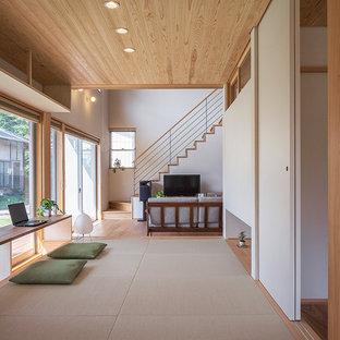 他の地域のアジアンスタイルのおしゃれなホームオフィス・仕事部屋 (白い壁、造り付け机、ベージュの床) の写真