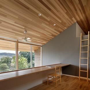東京都下の北欧スタイルのおしゃれなホームオフィス・仕事部屋 (グレーの壁、無垢フローリング、茶色い床) の写真