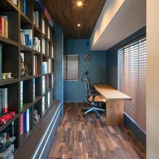神戸のモダンスタイルのおしゃれなホームオフィス・書斎 (青い壁、濃色無垢フローリング、造り付け机、茶色い床) の写真