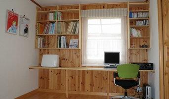 壁いっぱいのデスクと大容量の本棚