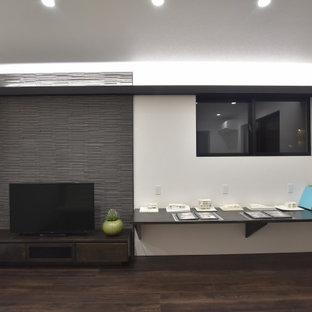他の地域のモダンスタイルのおしゃれなホームオフィス・書斎 (白い壁、合板フローリング、暖炉なし、造り付け机、茶色い床、クロスの天井、壁紙) の写真