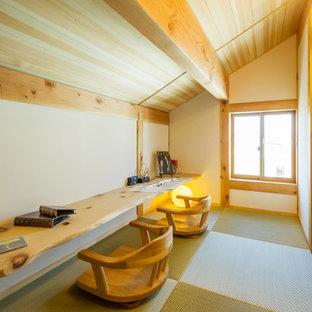 Asiatisk inredning av ett litet arbetsrum, med vita väggar, tatamigolv, ett inbyggt skrivbord och grönt golv
