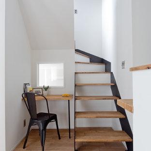 大阪のおしゃれな書斎 (白い壁、淡色無垢フローリング、暖炉なし、造り付け机、茶色い床) の写真