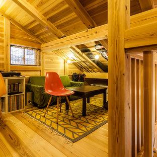 Foto di uno studio etnico con pareti marroni, pavimento in legno massello medio, scrivania autoportante e pavimento marrone