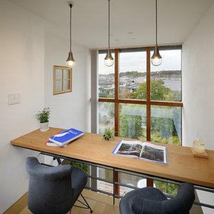 他の地域の小さい北欧スタイルのおしゃれな書斎 (白い壁、淡色無垢フローリング、暖炉なし、造り付け机) の写真