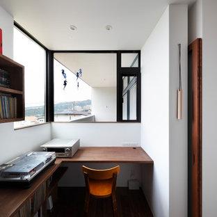 大阪のコンテンポラリースタイルのおしゃれなホームオフィス・仕事部屋 (白い壁、無垢フローリング、造り付け机、茶色い床) の写真