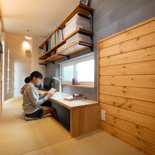 名古屋のエクレクティックスタイルのおしゃれなホームオフィス・書斎 (グレーの壁、畳、造り付け机) の写真