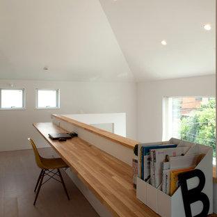 横浜の中くらいのモダンスタイルのおしゃれなクラフトルーム (白い壁、合板フローリング、造り付け机、ベージュの床) の写真