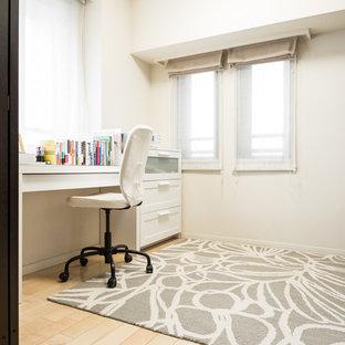 Immagine di un ufficio minimalista con pareti bianche, pavimento in compensato, scrivania autoportante e pavimento beige