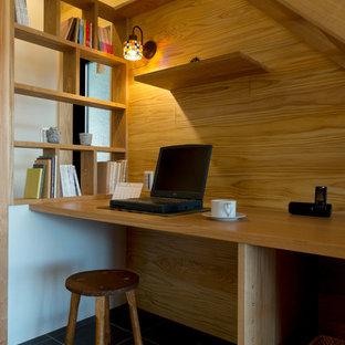 他の地域のカントリー風おしゃれなホームオフィス・仕事部屋 (茶色い壁、造り付け机) の写真