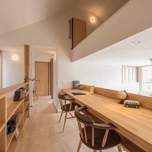 横浜のモダンスタイルのおしゃれなホームオフィス・書斎 (白い壁、淡色無垢フローリング、ベージュの床) の写真