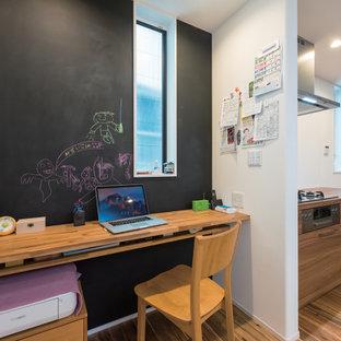東京都下の中くらいのインダストリアルスタイルのおしゃれな書斎 (白い壁、無垢フローリング、造り付け机、茶色い床) の写真