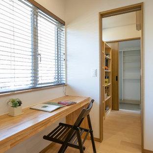 他の地域の小さい北欧スタイルのおしゃれなホームオフィス・書斎 (白い壁、淡色無垢フローリング、造り付け机、ベージュの床) の写真