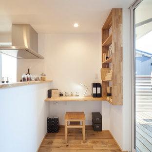 Immagine di uno studio con pareti bianche, stufa a legna e pavimento marrone