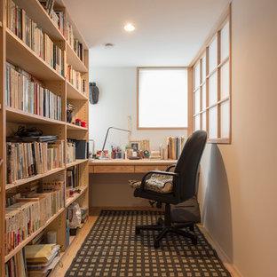 横浜のアジアンスタイルのおしゃれなホームオフィス・書斎 (白い壁、淡色無垢フローリング、自立型机、ベージュの床) の写真