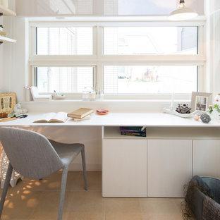 他の地域の小さいモダンスタイルのおしゃれなホームオフィス・仕事部屋 (白い壁、造り付け机) の写真