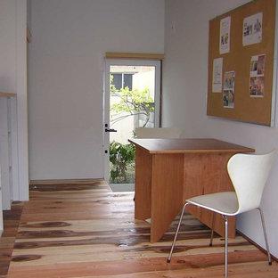 他の地域の小さいアジアンスタイルのおしゃれなアトリエ・スタジオ (白い壁、淡色無垢フローリング、暖炉なし、自立型机、ベージュの床) の写真