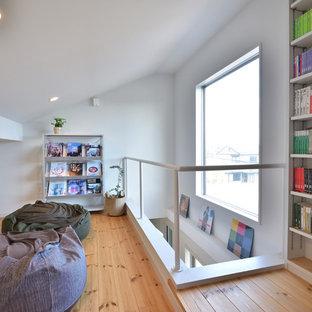 他の地域の小さいモダンスタイルのおしゃれなホームオフィス・書斎 (白い壁、無垢フローリング、茶色い床) の写真